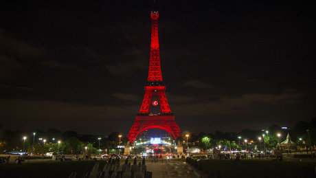 Eyfel Kulesi kırmızı beyaza büründü