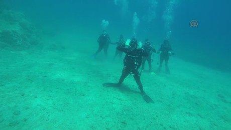 Su altında namaz kıldılar