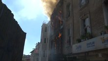 Beyoğlu'nda 2 katlı bina alev alev yandı