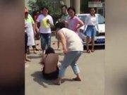 Kocasının sevgilisini sokak ortasında dövdü