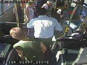 Kalp krizi geçiren yolcu için mücadele otobüs kamerasında