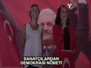 İzmir Konak'ta sanatçılardan 'demokrasi nöbeti'