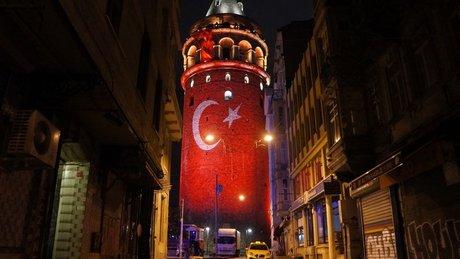 Galata Kulesi Türk Bayrağı'yla ışıklandırıldı