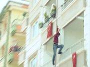 Babası tarafından rehin alınan çocuk balkondan atladı