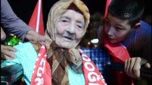 """113 yaşındaki Ayşe nine """"demokrasi nöbeti""""nde"""