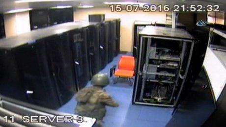 Darbeci askerlerin AKOM'a yaptığı baskın kamerada