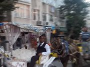 At arabalı düğün konvoyu