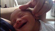 Anne dokunuşundan mutlu olan bebek
