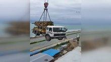 Beton dökme aracını vinçle binanın çatısına taşıdılar