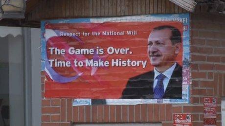 İncirlik Hava üssü girişine İngilizce afiş