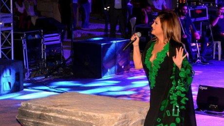 Sibel Can, sunak taşında şarkı söyledi