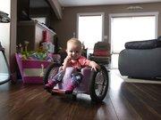 Felçli kızlarına tekerlekli sandalye yapan aile