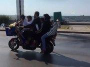 """Motosiklette """"6 kişilik"""" tehlikeli yolculuk"""