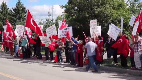 Kanadalı Türkler FETÖ festivalini protesto etti