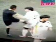 Kadın futbolcuyu tekmeleyen hakeme men cezası!