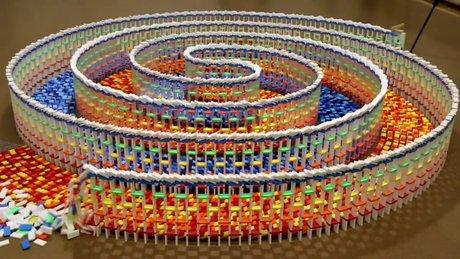 15 Bin parçadan oluşan spriral domino