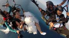 Çinli çift, gelinlik ve damatlıkla uçtu