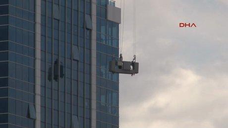 Cam silen işçi metrelerce yüksekte mahsur kaldı