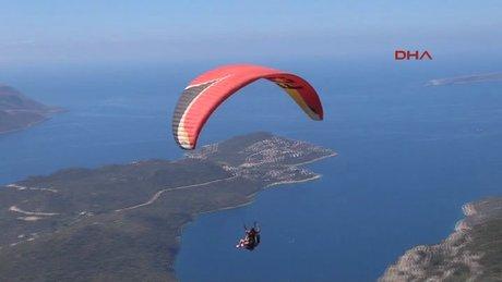 Tatilciler yamaç paraşütüyle Kaş'ı izliyor