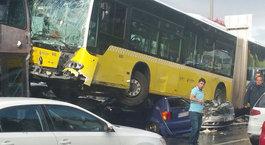 Metrobüs, D-100'e girerek kaza yaptı (ilk görüntüler)