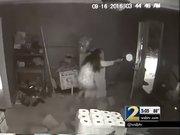Asyalı kadın 3 hırsızı silahıyla karşı koydu
