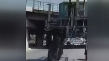 Motorla traktörün altından geçtiler!