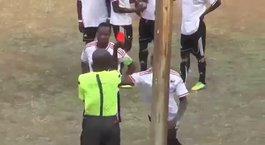 Kırmızı kart gören futbolcu cinnet getirdi