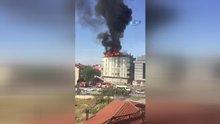 Bağcılar'da 6 katlı apartmanın çatısı alev alev yandı