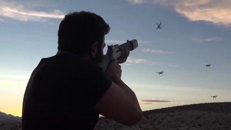 Acımadan drone avlayan adam