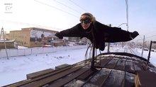Trenin üstünde yolculuk yapan cesur kız