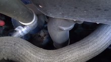 Soğuktan üşüyen yavru kedi, sığınak olarak araba motorunu seçti