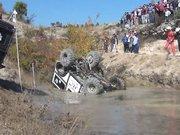 Suya devrilen aracın pilotu, boğulma tehlikesi geçirdi