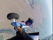 Wingsuit atlayışı sırasında uçağa takıldı