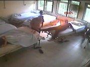 Hastanede bağlı olduğu yatağını ateşe verdi!