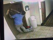 Tasması asansörde kaldı!