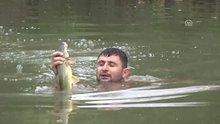Balıkları elleriyle avlıyorlar