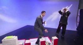 Spiker Kung Fu üstadının hilesini canlı yayında ele verdi!