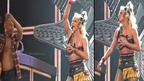 Britney Spears'in sahnede zor anları
