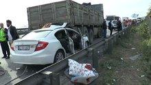 Otomobil kamyonun altına saplandı