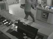 Çalan alarma aldırmayan hırsızlar kamerada