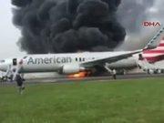 ABD'de yolcu uçağı havalanacağı sırada alev alev yandı