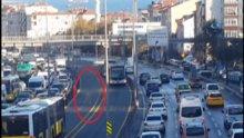 Çırılpıçlak metrobüs yoluna atlayan vatandaş şoke etti