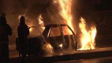 Şişli'de kundaklanan otomobil alev aldı