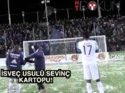 İsveç'te futbolcu - taraftar arası kar topu savaşı