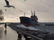 Şiddetli fırtına nedeniyle gemi karaya oturdu