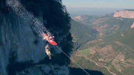 Zipline üzerinde sörf yapan çılgın insanlar