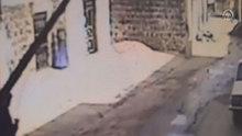 Ev sahibi içerideyken yapılan soygun kameraya yansıdı