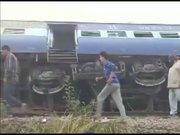 Hindistan'da yolcu treni raydan çıktı: 30 ölü