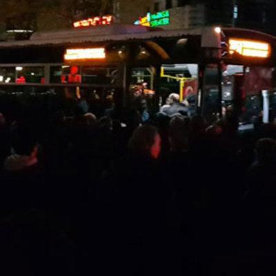 Bekledikleri otobüs gelmeyince trafiği kapattılar