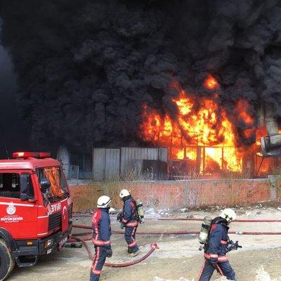Bayrampaşa'da yangın! Olay yerinden ilk görüntüler